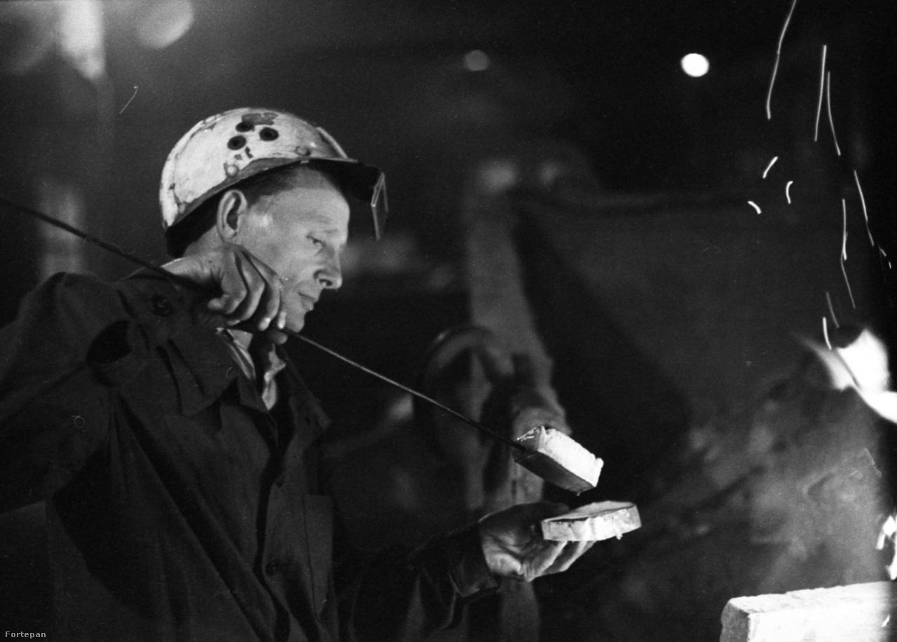 A városi proletár gyereke munkás apjától a családi élet keretei között nem a munka tiszteletéről és a megmunkálandó anyag iránti szeretetről hall beszélni, hanem éppen arról az ellentétről, ami a bérmunkás emberi vágyai és napi robotja között fennáll. (Kassák Lajos: Éljünk a mi időnkben)