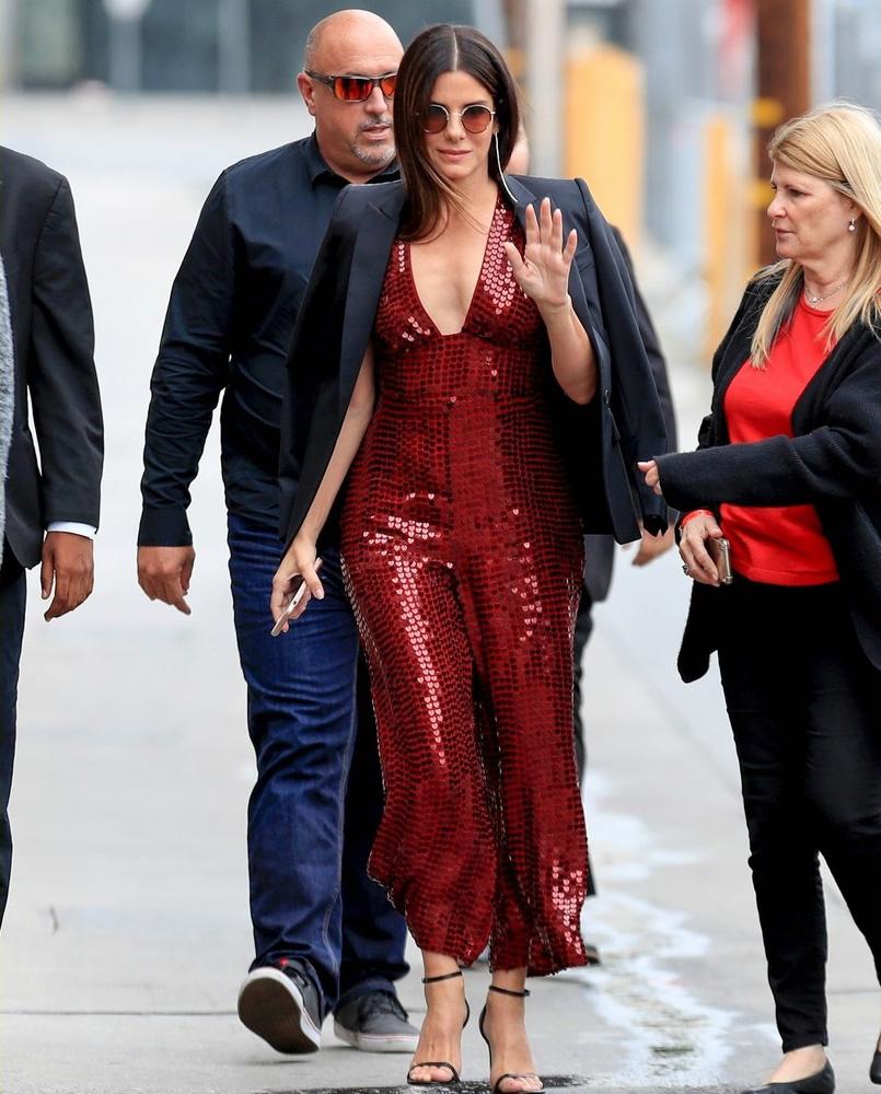 Sandra Bullock fantasztikusan néz ki: jól áll neki ez az erőteljes szín.