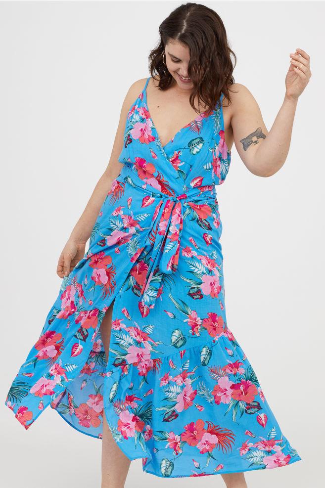 Imádni való, nyárias darab a H&M virágos maxiruhája. Átlapolós felsőjének, megkötős derekának köszönhetően homokóra-alakot varázsol. Ára 9990 forint.