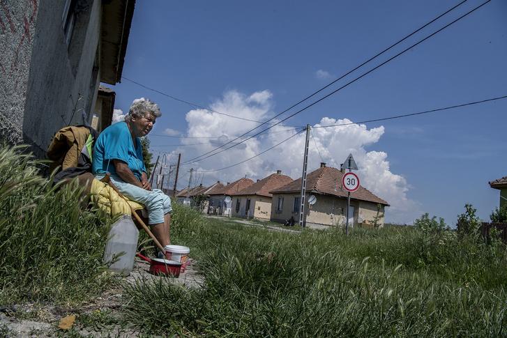 Házaik előtt ücsörögve figyelik a történéseket a Dankó utcai öregek