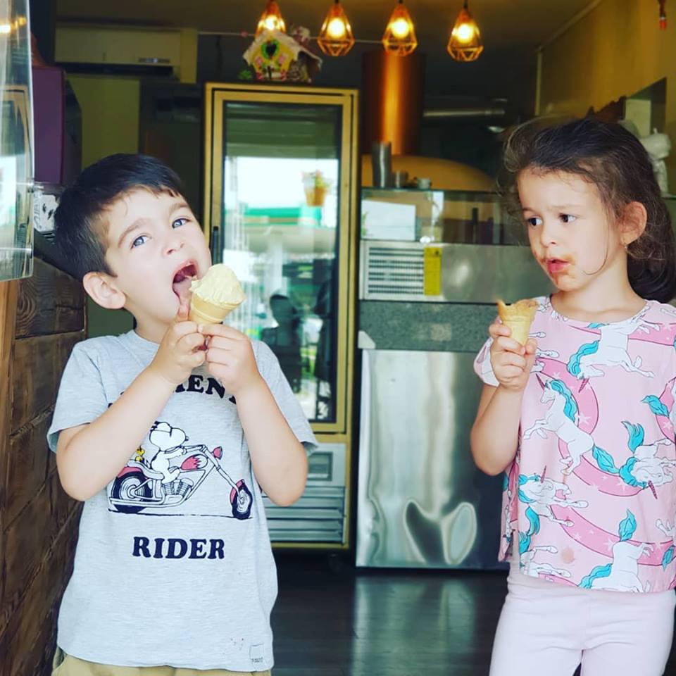 Nánási Mici árgus szemekkel figyeli, hogyan eszi öccse, Vencel a fagyit.