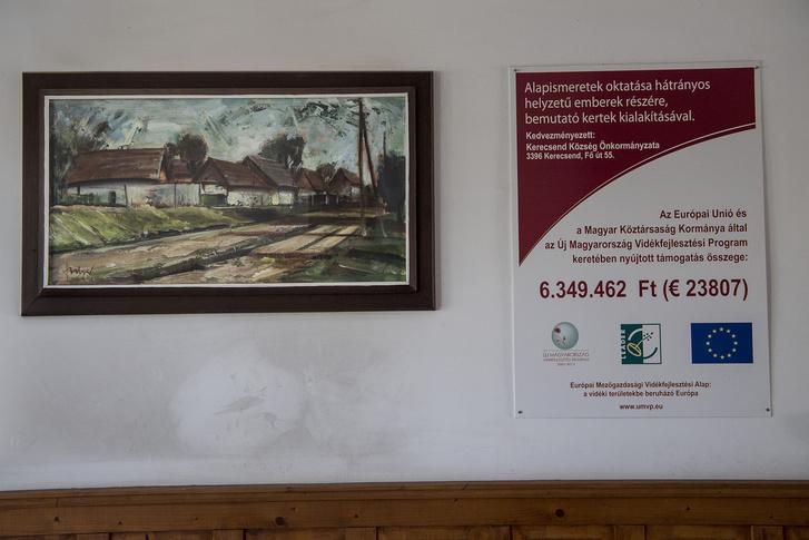 A faluban több hátrányos helyzetűeknek szóló projekt működik jelenleg is, például egy tanoda. A képen egy korábbi projektet hirdető tábla a polgármesteri hivatal falán.