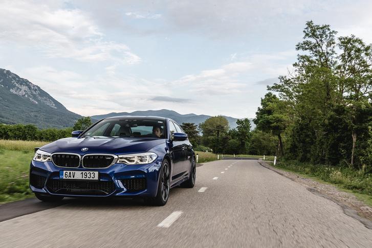 Alatta van a BMW M-es aktív diffi, amely a másodperc tört része alatt tudja a 100%-os zárás és nyitás közti váltást