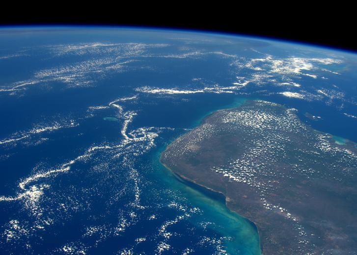 A Yucatán-félszigetnek az a része, ahová az aszteroida becsapódott. Az űrből szemlélve nem látszik semmi nyoma az évmilliókkal ezelőtt történt kozmikus eredetű természeti katasztrófának, a víz alatti krátert leginkább radarokkal lehet észlelni.