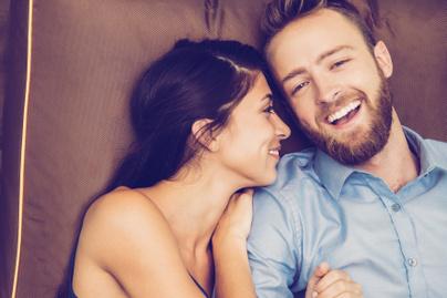 szerelem-férfi-nő-kapcsolat-ölelés-összebújás-nevetés-kanapé-érz