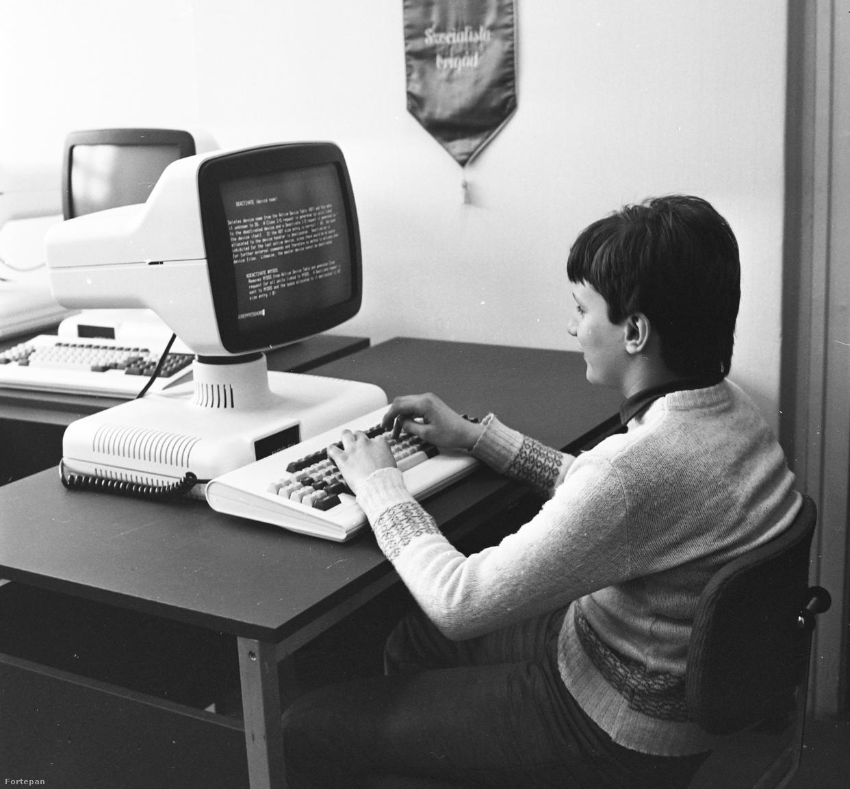 Utolsó képünk már előre vetíti a jövőt. A Videoton számítógépén a monitor billenthető és forgatható volt, a billentyűzet pedig lapos. A rendszerváltás felé haladva egyre több ZX 81, Spektrum, Commodore 64 került be az országba, és szegezte a fiatalokat órákra a Junoszty tévék, vagyis a monitorok elé. És innen már nem volt visszaút: jöttek a személy számítógépek, az internet, a wifi, a mobilnet és okostelefonok.