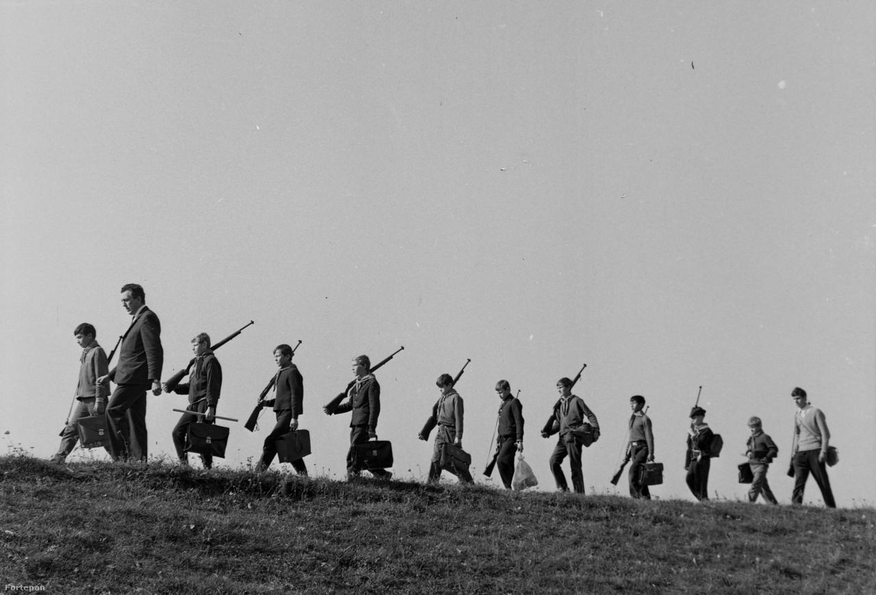 Az MHSZ-ben sok olyan hobbinak lehetett hódolni, amire másutt nemigen volt lehetőség, ilyen volt például a lövészet. A szövetség országos lőtérhálózatot is fenntartott, a pincehelyiségekben pedig iskolásoknak is tartottak kötelező lőgyakorlatokat.