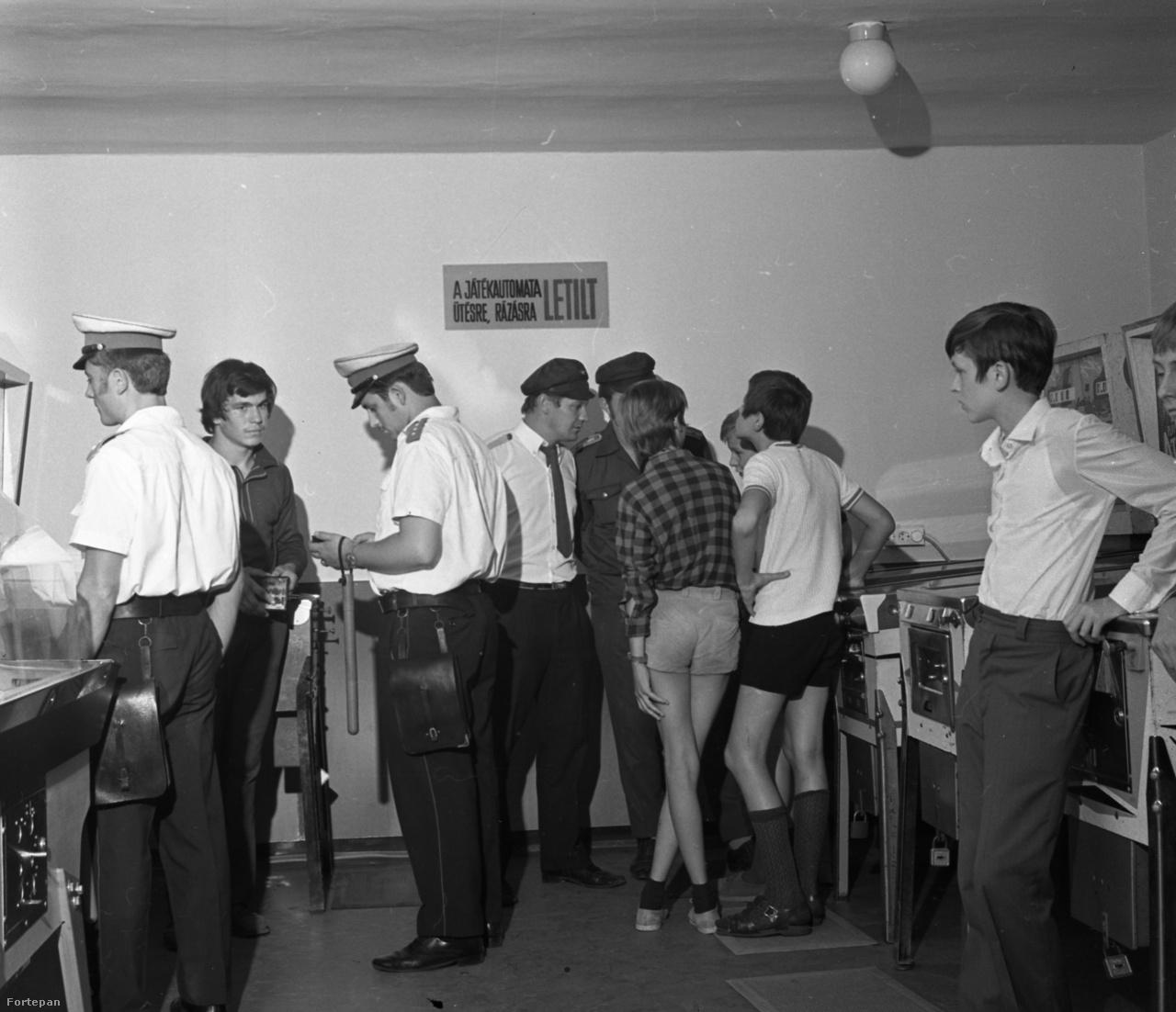 Az 1962-ben megnyílt a Játékpresszó a József körúton. A presszóban volt  rex- és karambolasztal, erőmérő, lehetett flipperezni és csocsózni, sőt volt egy Totofix nevű csoda is, amin egy elektromos számtábla mutatta az eredményeket. A helyet a szabadidő kulturált és kontrollált eltöltésének céljával hozták létre, csak 16 éven felüliek látogathatták, sört igen, bort és rövidet viszont nem lehetett fogyasztani. Ennek ellenére a hely hamar züllésnek indult, a rendőrök szinte mindennap razziáztak, míg 1972-ben be is zárt.