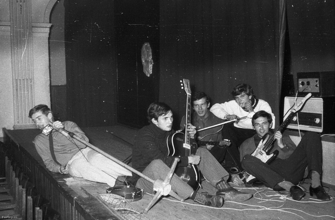 A zenélés a szocializmusban is a lázadás módja volt. Szinte nem is volt olyan középiskolás osztály, ahol ne alakult volna zenekar. Egy igazi bandának persze kellett próbahely is, aminek sokszor a szülők munkahelye adott otthont: gyárak, üzemek használaton kívüli pincéibe hordhatták a gombafrizurás, majd hosszú hajú, később punktarajos tinik a szocialista hangszergyártás jobb-rosszabb termékeit. A fenti zenekar egy Szegeden gyártott Moni Solóval és egy remek hangú csehszlovák Jolana Marinával büszkélkedik.