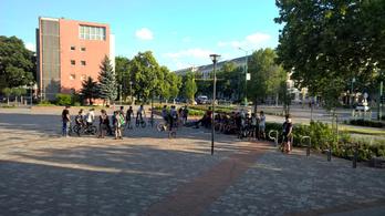 30-40 tinédzser tiltakozott Dunaújvárosban, amiért be akarják tiltatni a gördeszkázást a főtéren