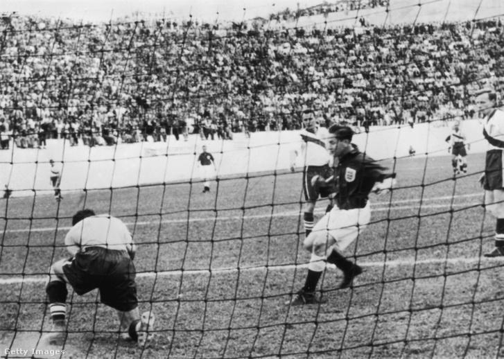 Az amerikai kapus, Frank Borghi az Anglia - Egyesült Államok mérkőzésen menti Tom Finney kapura lövését, 1950. június 29-én Brazíliában.