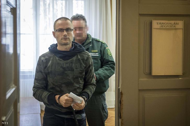 Zuschlag Jánost kivezetik a tárgyalóteremből a Kecskeméti Járásbíróságon, ahol döntöttek az egykori szocialista országgyűlési képviselő előzetes letartóztatásáról 2018. február 1-jén.