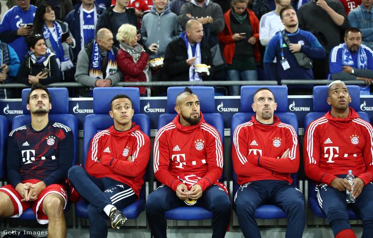 Sokat ültek a padon: jobbról Boateng, Ribery, aki marad, Vidal és Thiago