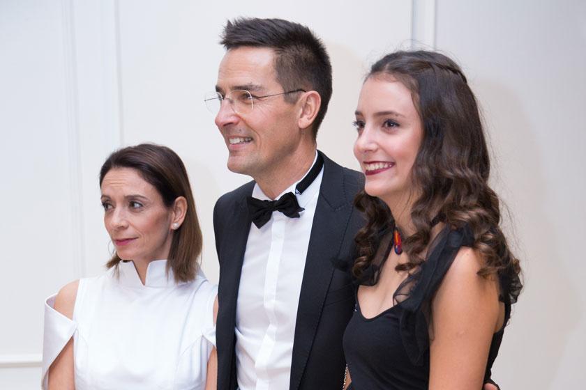 A kép bal oldalán Gajdos Tamás menyasszonya, Krisztina, mellettük 15 éves lányuk, Dominika.