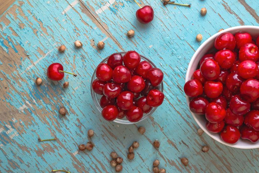 A cseresznye a köszvény és a gyulladások ellen is kiváló, köszönhetően antioxidánsainak. Ez más piros és lila gyümölcsökben is megtalálható, mint az eperben, a málnában és a ribizlikben. Mivel rostdús és kalóriaszegény, akár naponta ehetsz belőle zabkása, magvak mellé.