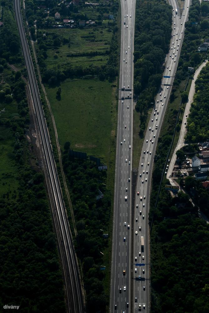 Az autópálya forgalma egészen elviselhetőnek tűnt ebből a magasságból.