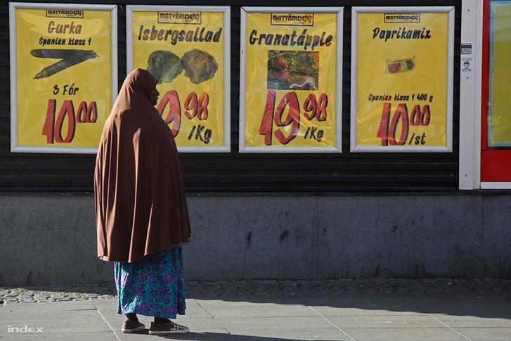 Menekült nő egy stockholmi bolt előtt