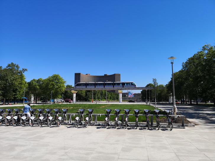 Moszkvai Bubi, magasvasút és villamos az expó területe mellett