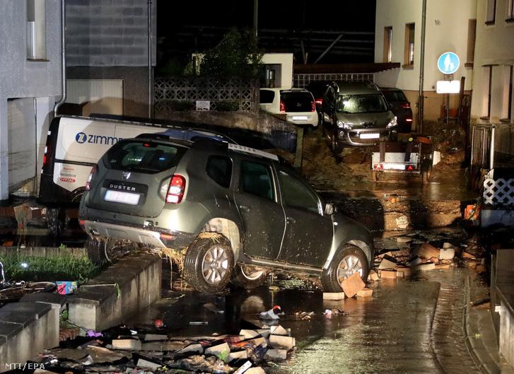 Az úttestről elsodródott autók a délnyugat-németországi Kleinblittersdorfban 2018. június 1-jén, miután az éjszaka hatalmas mennyiségű eső zúdult Saar-vidék szövetségi tartomány településeire