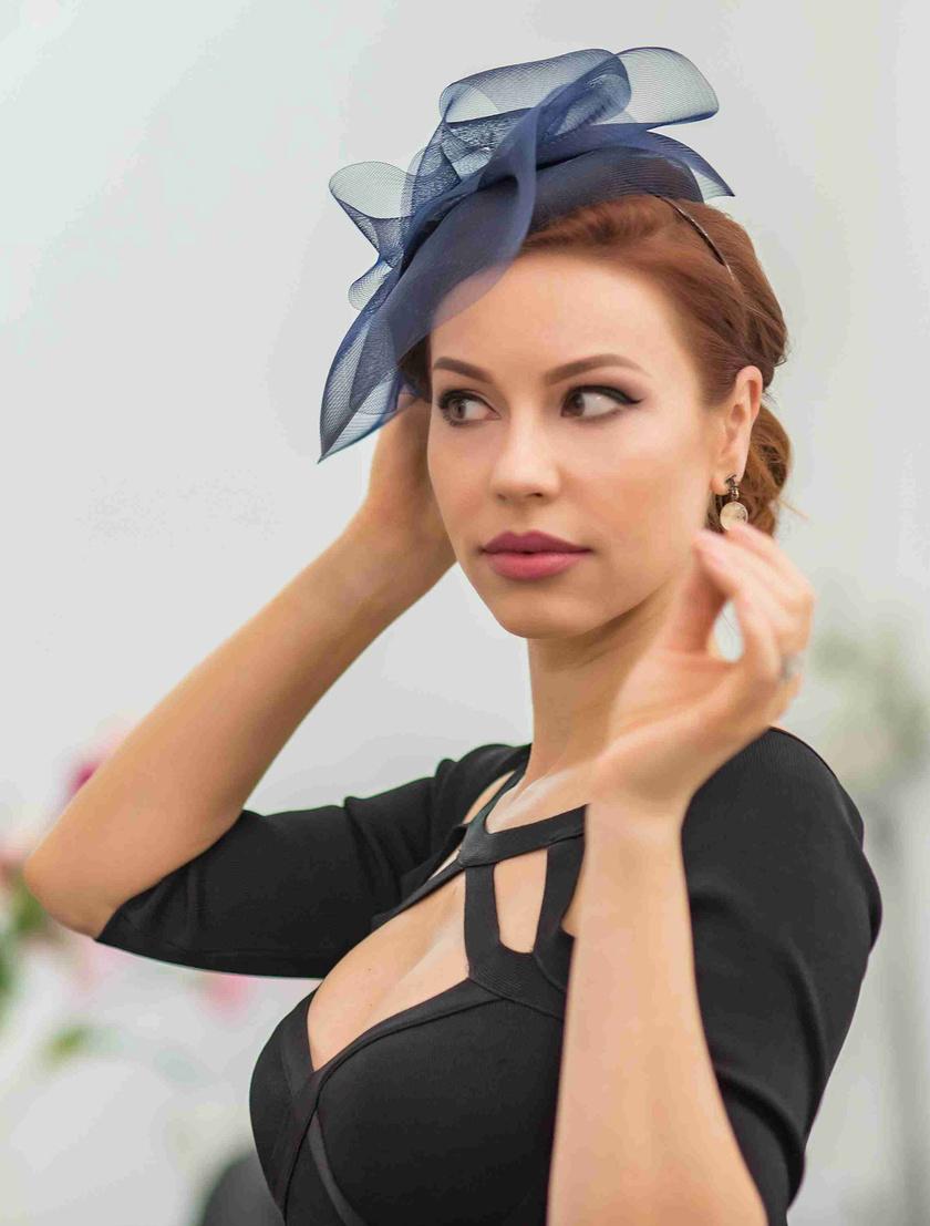 Csősz Bogi egy olyan elegáns kis fekete kalapot választott, amit talán Katalin hercegné is szívesen viselne.