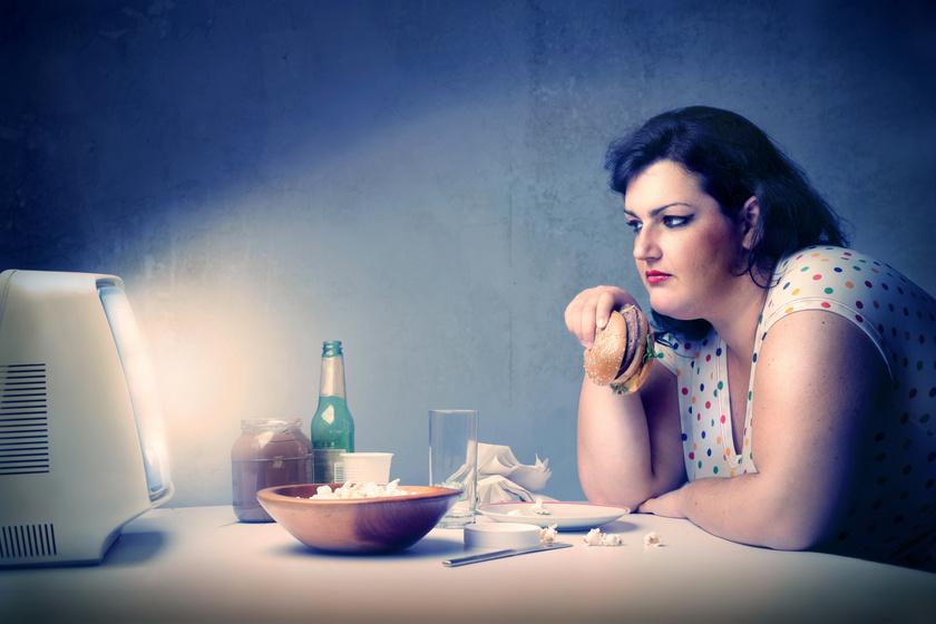 TV-előtt-evés-túlsúlyos-nő