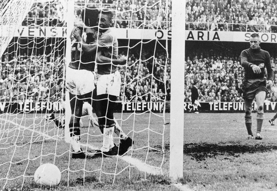 Az akkor 17 éves Pele és Vava a svédek kapujában.