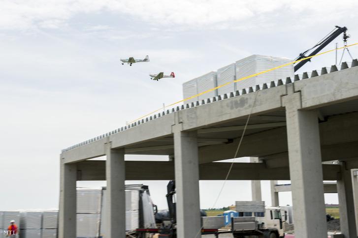 Az eFusion (balra) és egy Fusion 212 repülőgép a Magnus Aircraft Zrt. épülő összeszerelő üzeme és irodaépületének bokrétaünnepségén a pécs-pogányi repülőtér szomszédságában 2018. május 30-án.
