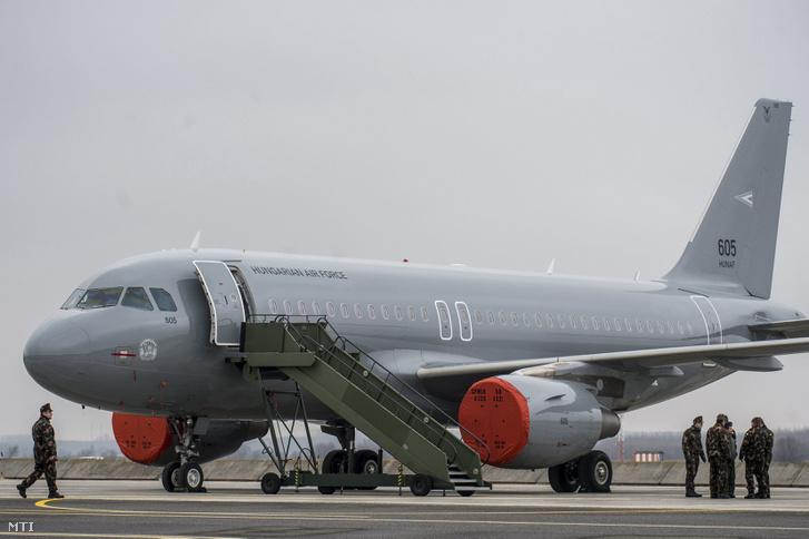 A Magyar Honvédség Csehországból érkezett és a sajtóbemutatóra kiállított két darab többcélú használt Airbus A319-es csapatszállító katonai repülőgépeinek egyike Kecskeméten az MH 59. Szentgyörgyi Dezső Repülőbázison 2018. február 2-án.