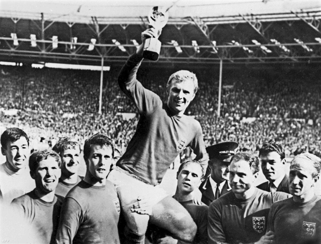 Bobby Moore angol csapatkapitány a kupával.