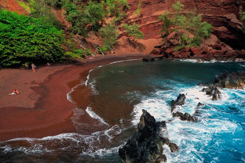 Hawaiin, a Maui-szigeten található Kaihalulu félreeső partja, ahol az egyik legvörösebb a homok. Az extrém vastartalom miatt karmazsin és téglaszín uralja a homokot és a környező sziklákat. Mivel durva szemű, a strandolóknak papucsot javasolnak.