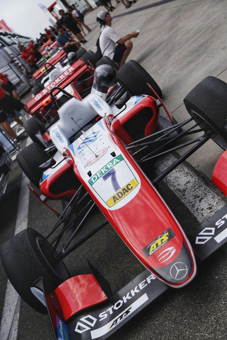 A Formula-3 mezőnye is rajthoz áll a hétvégén, itt szerepel Michael Schumacher fia, Mick is. Aki szeretne vele találkozni, most a paddockban simán megteheti