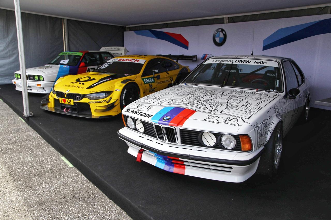 Új, retro, még retróbb. Felsorakoznak a BMW Motorsport túraautó legendái, az M3, a 635 Csi és kettejük közé szorítva Timo Glock Yellow Beast-je. A hétvégén beszámolok róla milyen az, amikor egy kamaszkori álom beteljesül, mivel a tavalyi autóztatás folytatásaként idén a 635 CSi-hez lesz szerencsém utasként