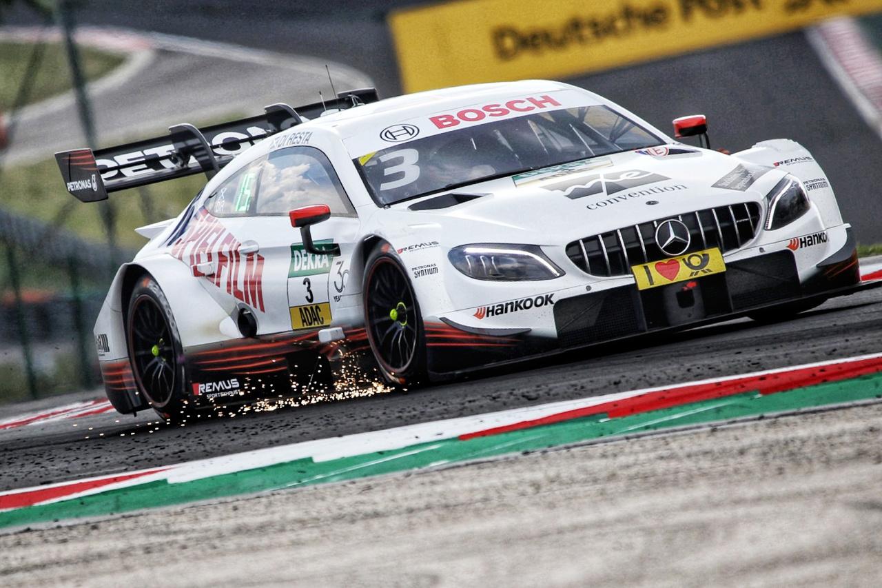 Talán a hasmagasság, a padlólemez kialakítása miatt, de elég gyakran látni a Mercedeseket ilyen klassz kis szikraesőt csapni, ráadásul a pálya szinte bármely pontján érkezhet a látványosság