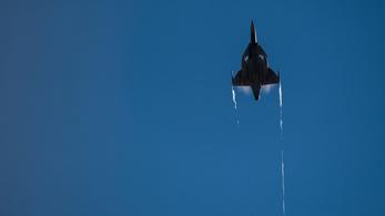 Hibajelzéssel sokkolt a Gripen-pilóta, majd megkérte a toronyirányító kezét
