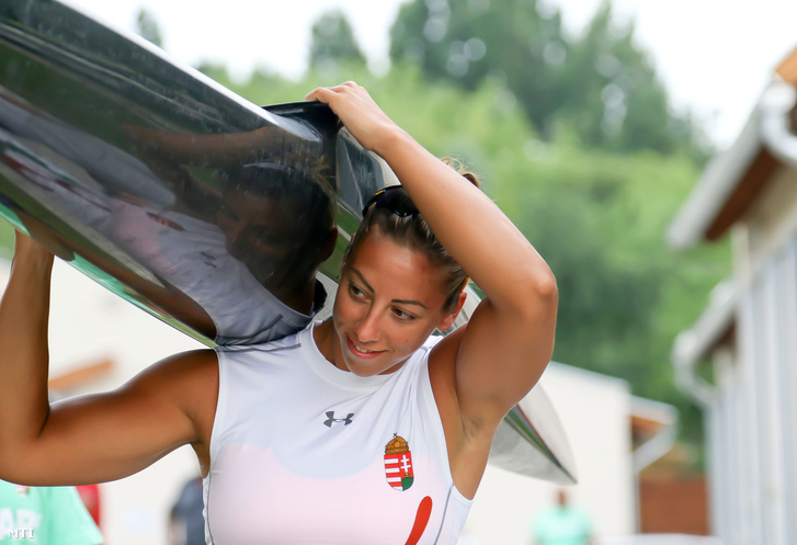 Az riói olimpiára készülő Csipes Tamara a magyar kajak-kenusok edzésén Szolnokon az Alcsi Holt-Tiszán 2016. július 28-án.