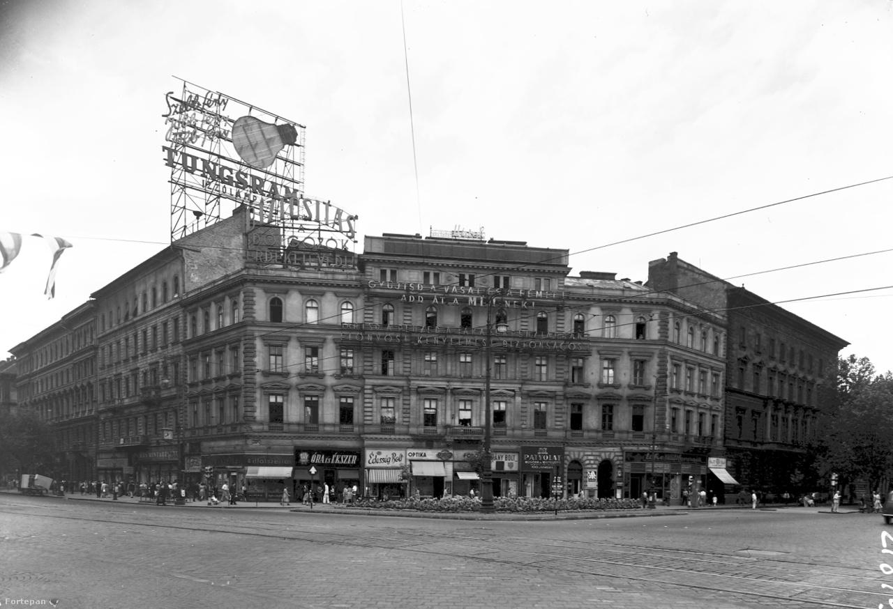 """1954: """"Szebb fény, jobb fény, több fény"""" – mondja a Tungsram izzólámpa új reklámja. Előtte egy társadalmi céllal készült, márkafüggetlen neon – a szocialista neonreklámok jellegzetes típusa –, ami arra szólítja fel a dolgozókat, hogy saját érdekükben kössenek biztosítást. Középen ugyancsak állami neonok: felül a Melléktermék- és Hulladékhasznosító Vállalat, a MÉH hirdetése, alatta takarékpénztári jótanács."""