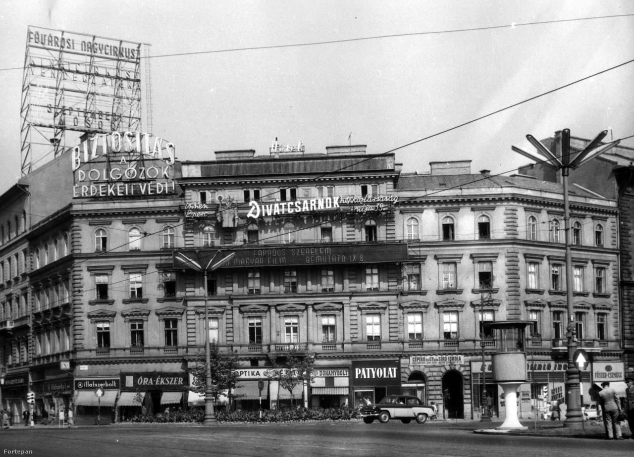 1960: új neonok a téren. A Tungsram helyét a Fővárosi Nagycirkusz animált hirdetése foglalta el: este ha felkapcsolták, rajta két zsonglőr dobált egymásnak buzogányokat. A Divatcsarnok rendőrfigurás neonja a Népköztársaság úti áruházba terelte a konfekció-ruházatra vágyó dolgozókat.