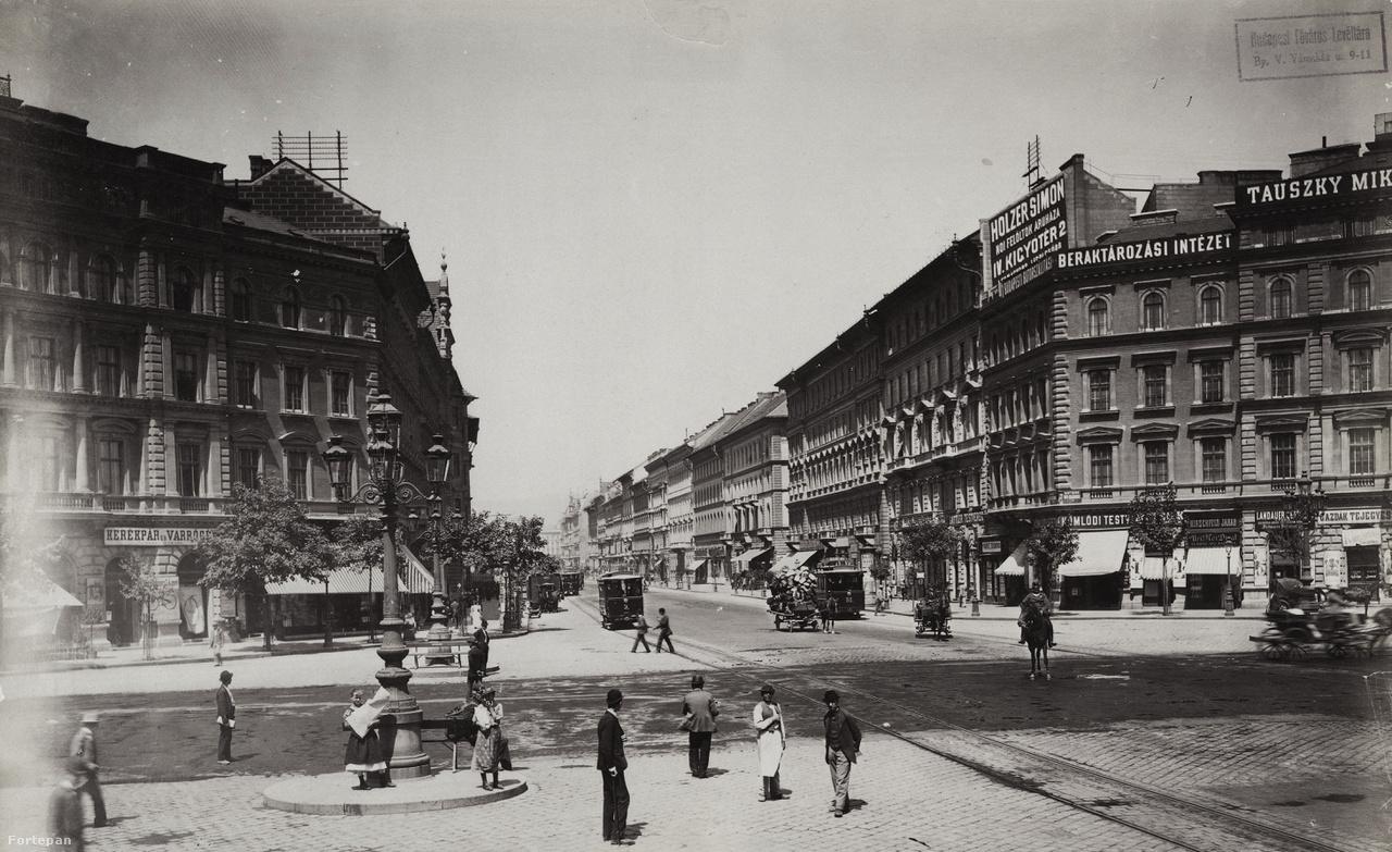 1890-1900 körüli kép az Oktogonról. A cégtáblák, reklámfeliratok még csak festett táblák, a neonreklámok az 1910-es években kezdtek világszerte elterjedni.