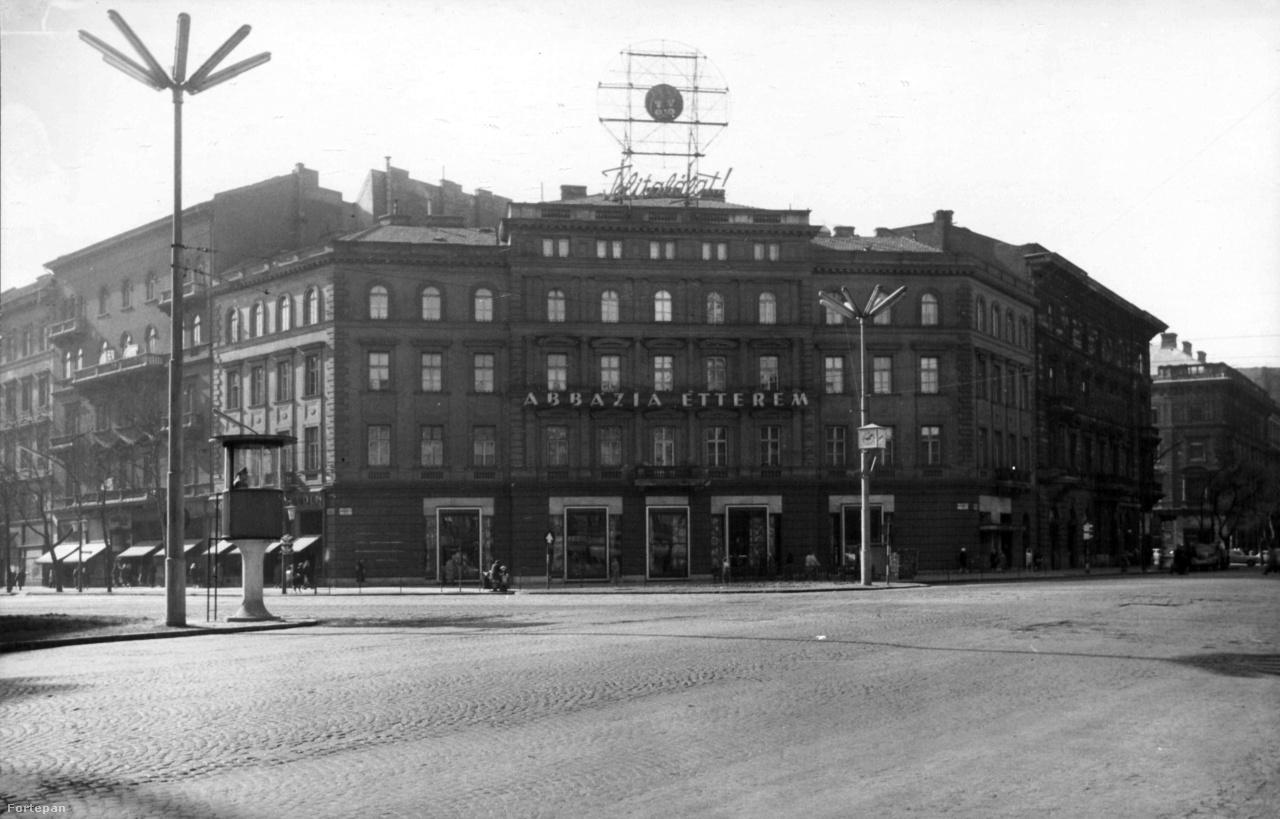 """1960: már látható Totó-Lottó legendás neonja a """"Telitalálat!"""", ami egészen a kétezres évek közepéig volt az Oktogon dísze. A neonszocializmus egyik utolsó darabja szemétdombon végezte 2006-ban."""