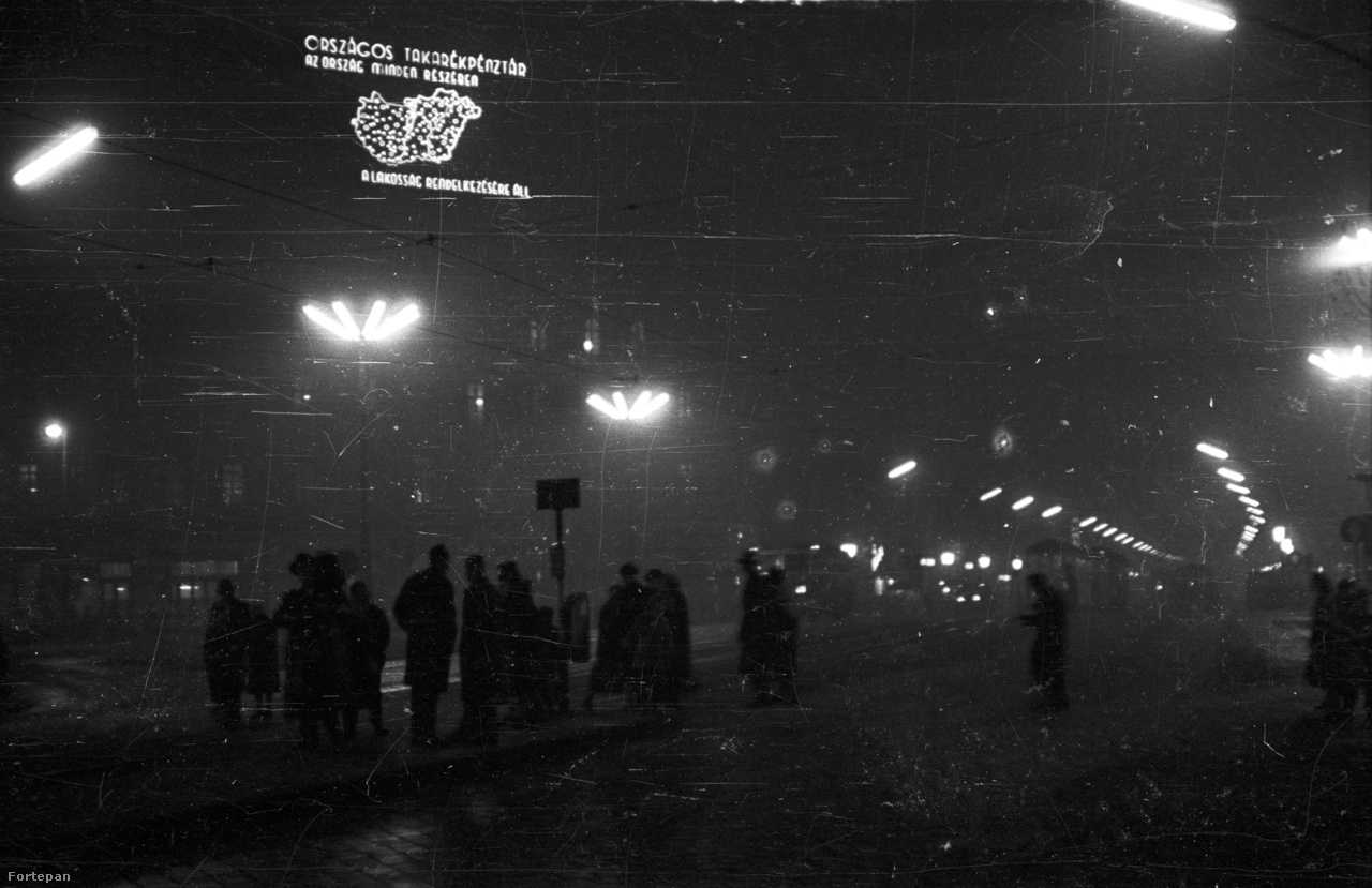 Éjszakai kép 1959-ből: az OTP neonja mellett neoncsöves utcalámpák világítják be a nyolcszögletű teret.