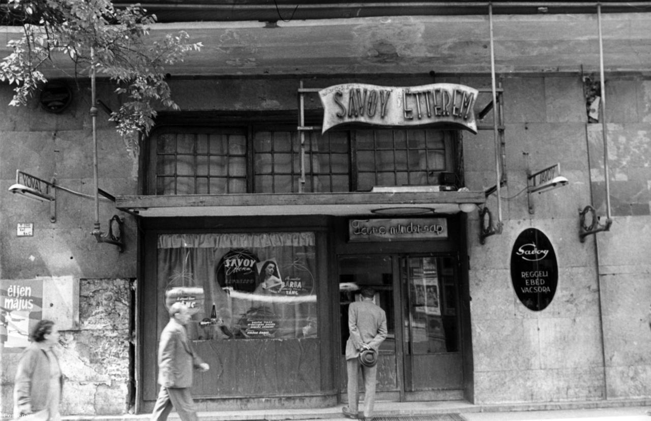 """""""Tánc mindennap"""" – a Savoy étterem bejárat fölötti neonja, 1960-ban."""