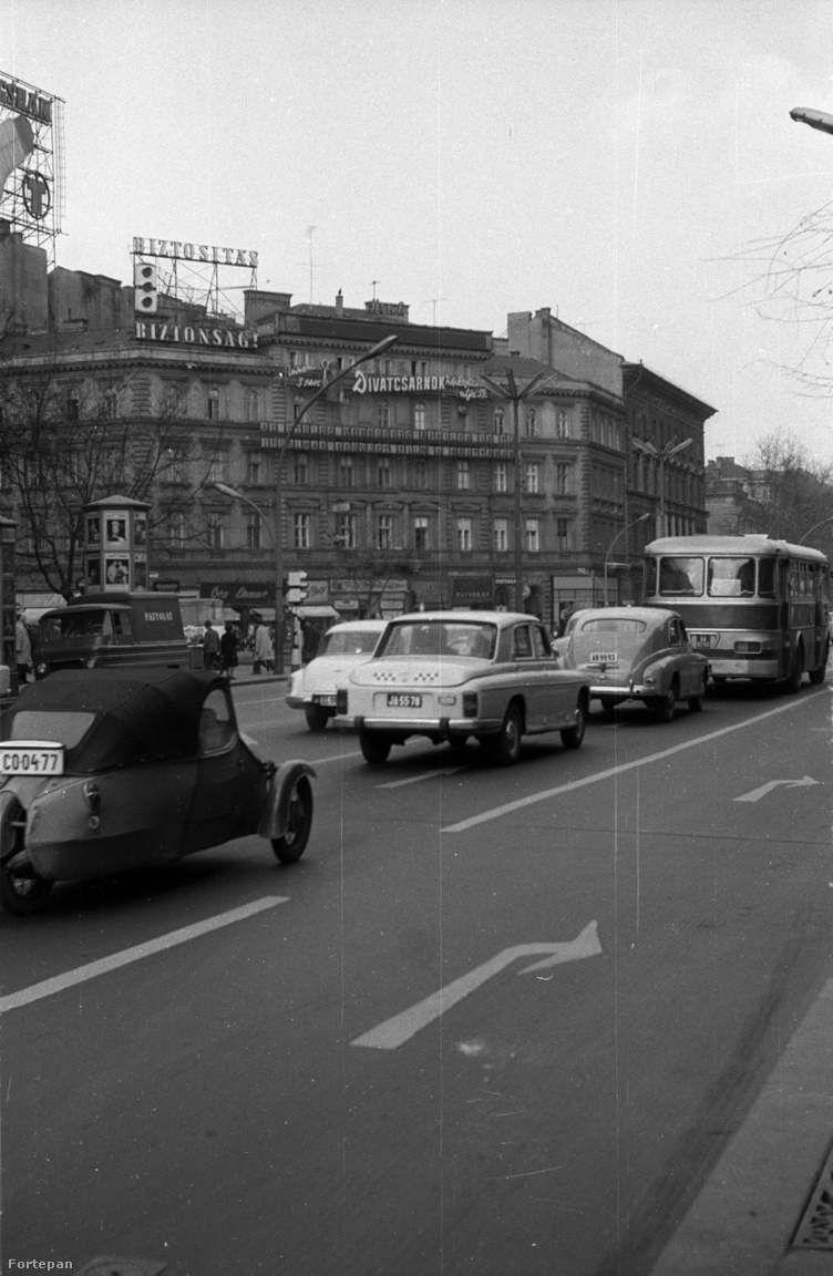 1968: Biztosítás – Biztonság! - frissült a biztosítós neonreklám, és a Tungsram visszavette a helyet a cirkusztól. De ne menjünk el szó nélkül a kép bal szélén föltűnő csehszlovák Velorex mellett sem!