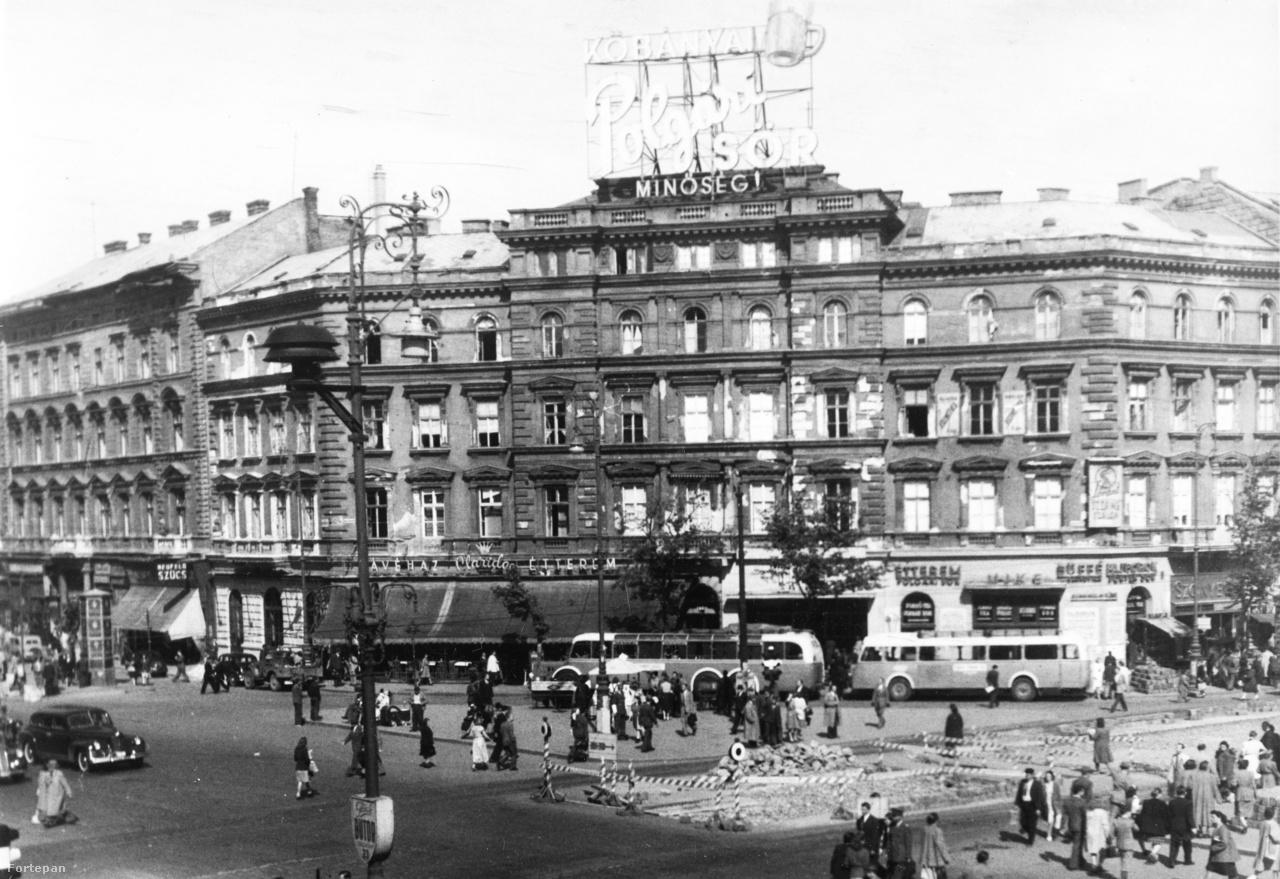 1948: a Kőbányai Sörgyár minőségi Polgári Söre magasodik a tér fölé. Alul, utcaszinten a Claridge kávéház és étterem neonja látható az árnyékoló fölött. A Claridge 1945-től 1950-ig üzemelt, falai közt kabaréesteket, felolvasásokat is tartottak.