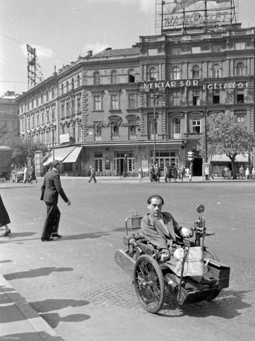 1952: a Cinzano vermutnak befellegzett, helyére a magyar-szovjet közös légitársaság, a Maszovlet neonreklámja került. Megvan még a Törley, a Nektár és a Savoy is. A kép igazi kuriózuma persze a motoros kerekesszék az előtérben.