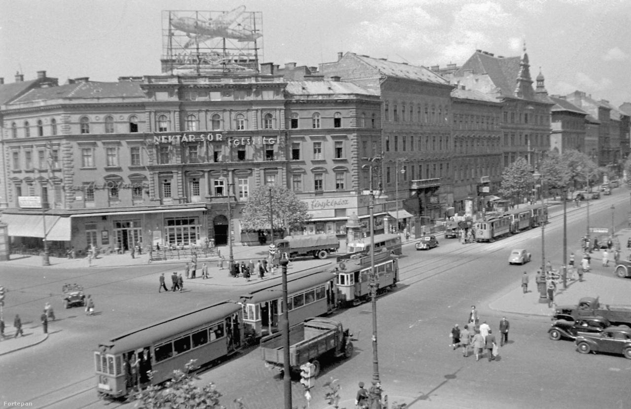 Kommunizmus ide, tervgazdálkodás oda, a Magyar–Szovjet Polgári Légiforgalmi Rt. Li-2-es repülőgépet ábrázoló neonreklámja irtó jól nézett ki (1952).