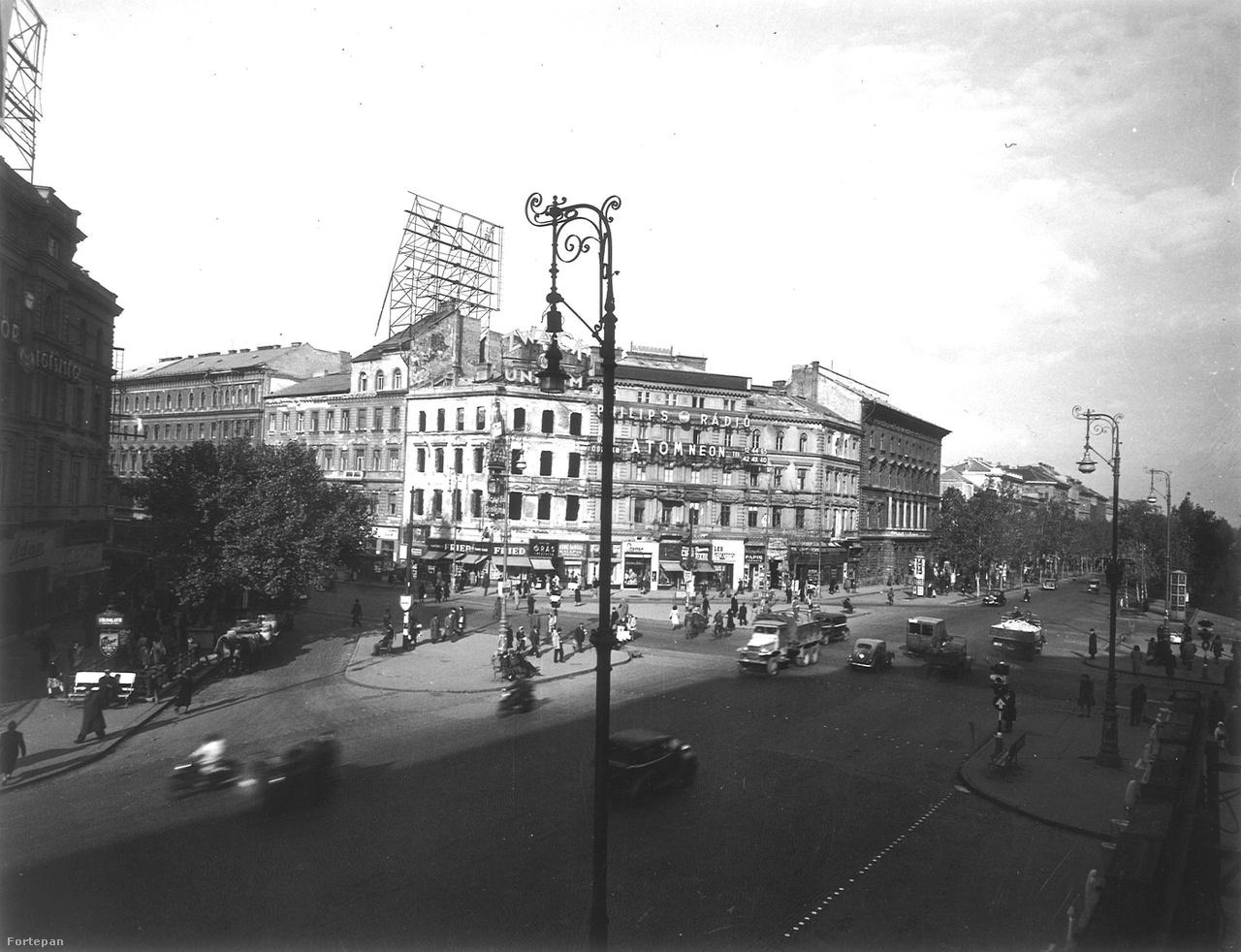 1946-47 körüli lehet a kép. A Tungsram izzólámpás neonja lekerült, helyére még nem raktak semmi. A Zwack tartja magát, ahogy a Philips rádió is. Urai (Unterberger) Oszkár fényreklám cége, az Atom Neon szintén megélt még pár évet a II. világháború után.
