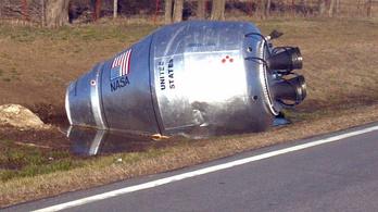 Közel hatvan éve az út mellett pihen egy balesetező betonszállító otthagyott tartálya