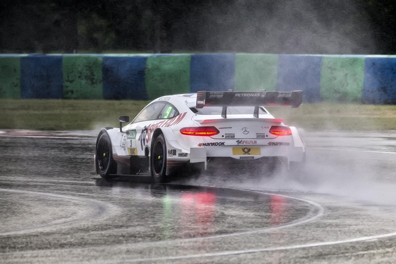 Szombat reggel a szabadedzésen autóverseny helyett motorcsónakázás volt a program. Bejött az előrejelzés, leszakadt az ég. Paul Di Resta, kedvenc flegmatikus ex Forma 1-es versenyzőnk itt még nem tudta, hogy a délutáni első futamon a győzelembe hajszolja az idén leköszönő AMG Mercedest