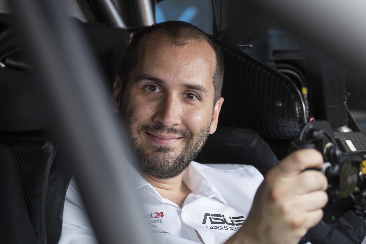 Kiss Norbi holnap meghajthat egy DTM Mercedest, feltéve ha előbb sikerül belehajtogatni szépen kifejődött testét a bukóketrec csövei közé