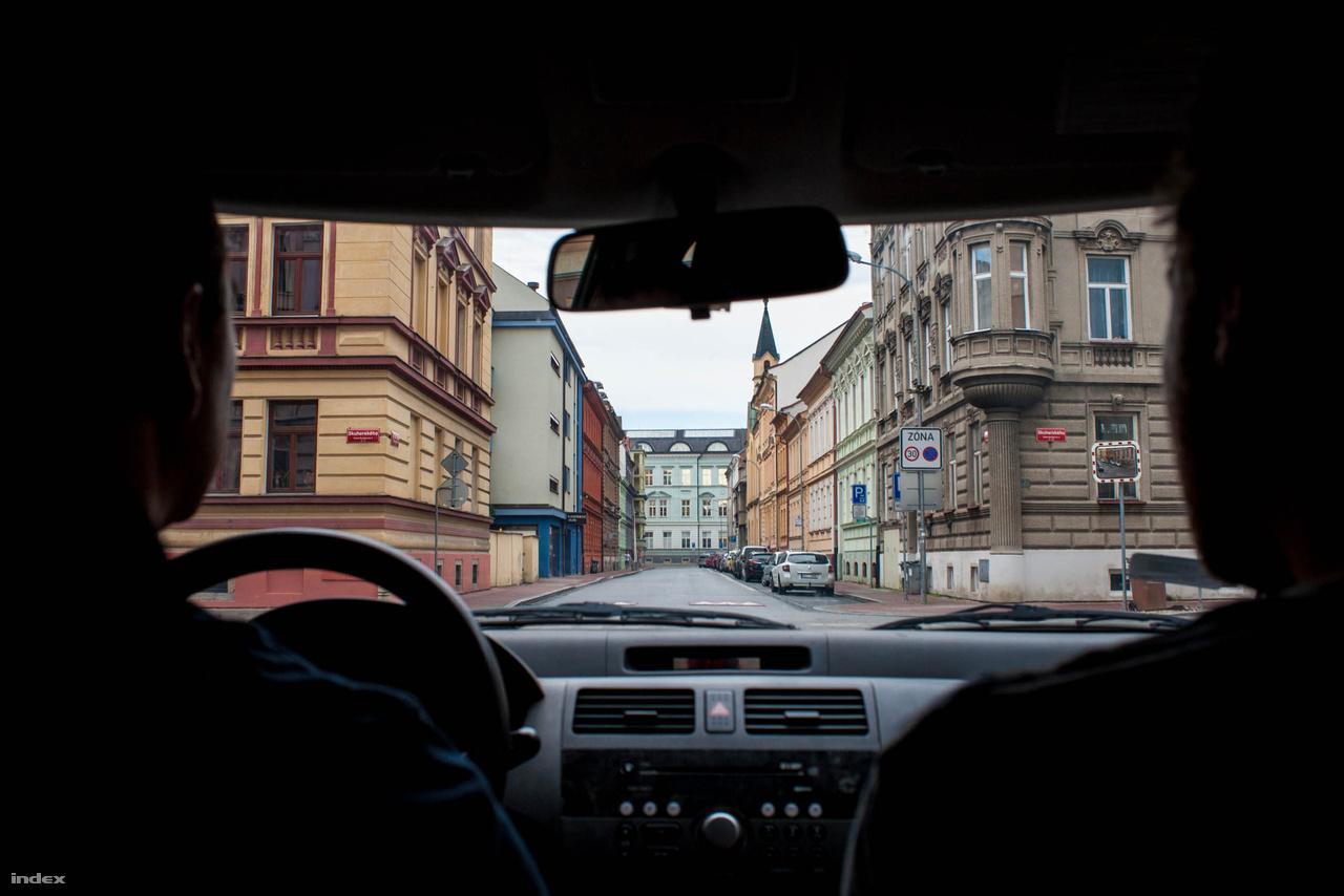A Budweiser szülővárosa - České Budějovice német neve Budweis – Dél-Bohémia központja Magyarországról autóval is kényelmesen elérhető, a 450 kilométer alig öt óra alatt kényelmesen megtehető, Bécsen át, a gmündi határátkelőn keresztül, erdős, lankás autóutakon. És a 750 éves város is megéri az utat, gótikus, reneszánsz és barokk épületekkel díszített óvárosával. Bár azt talán meglepő, hogy a szép főtéren a városházán kívül a leghangsúlyosabb elem az orosz Szberbank és egy kínai étterem.